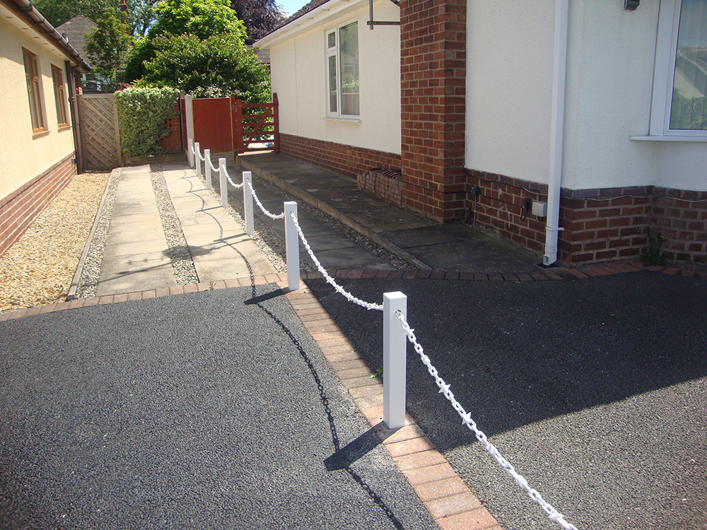White Fence Post With White Chain White Diamond Seperator